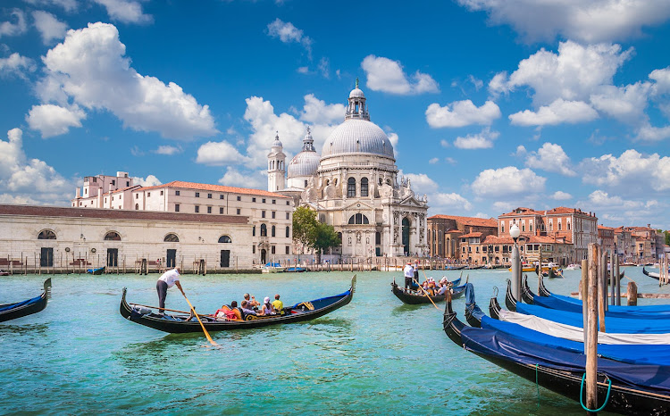 Gondolas on Canal Grande with historic Basilica di Santa Maria della Salute in Venice.
