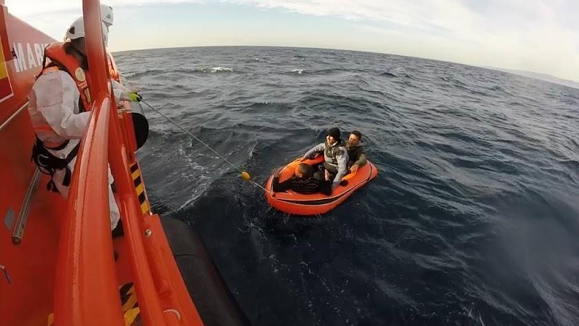 Rescate anterior de una patera próxima a la costa almeriense.
