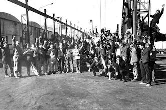 Photo: Marcas de la Memoria (1) La huelga general ante el golpe, 27 de junio - 11 de julio de 1973. En la foto: Obreros ocupando Inlasa.