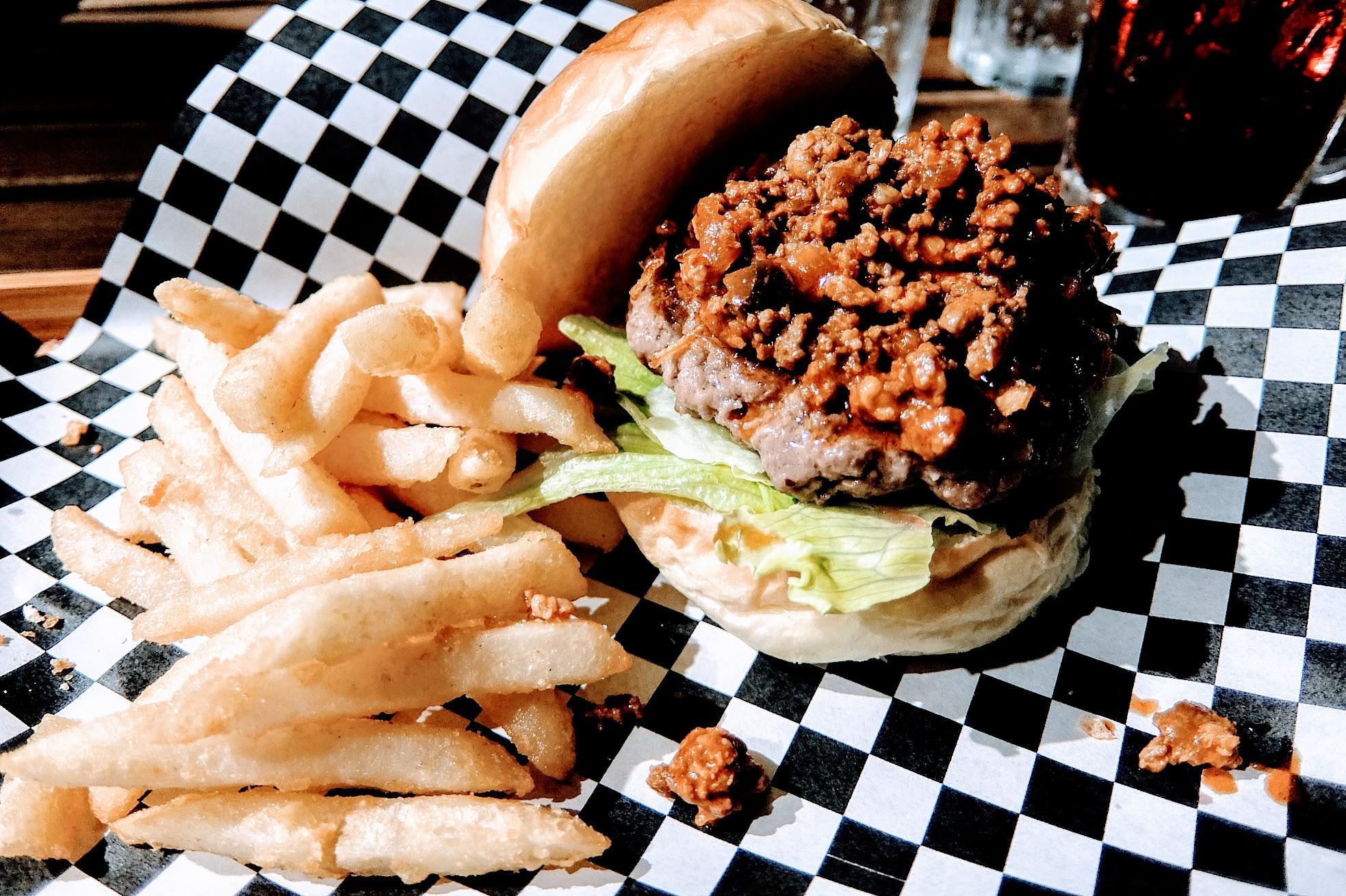 火山熔岩牛肉堡,上頭有著滿滿的墨西哥肉醬;肉醬頗辣,且因為都是碎肉關係,所以蓋上漢堡皮還是會掉滿地XD
