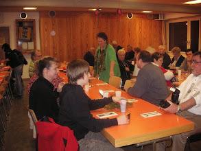 Photo: Schon früh füllt sich der Gemeindesaal