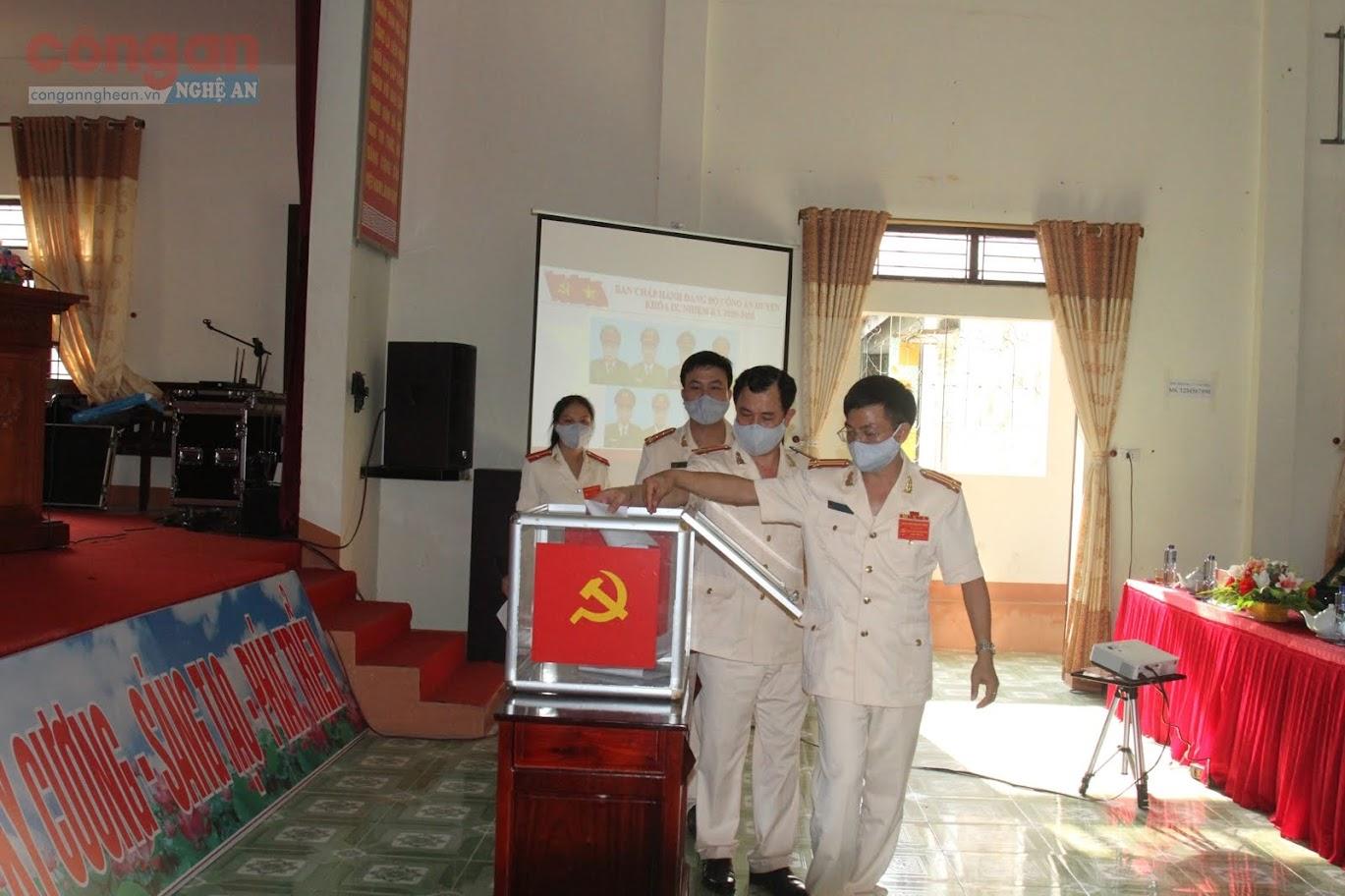 Các Đại biểu bỏ phiếu Bầu BCH Đảng bộ Công an huyện nhiệm kỳ mới.