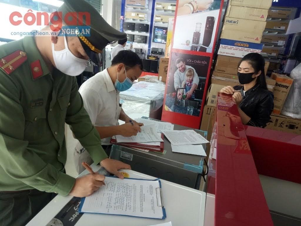 Công an lập biên bản xử phạt đối với anh N.H.T nhân viên quản lý cửa hàng điện máy trên địa bàn xóm Nam Bắc Sơn, thị trấn Nam Đàn