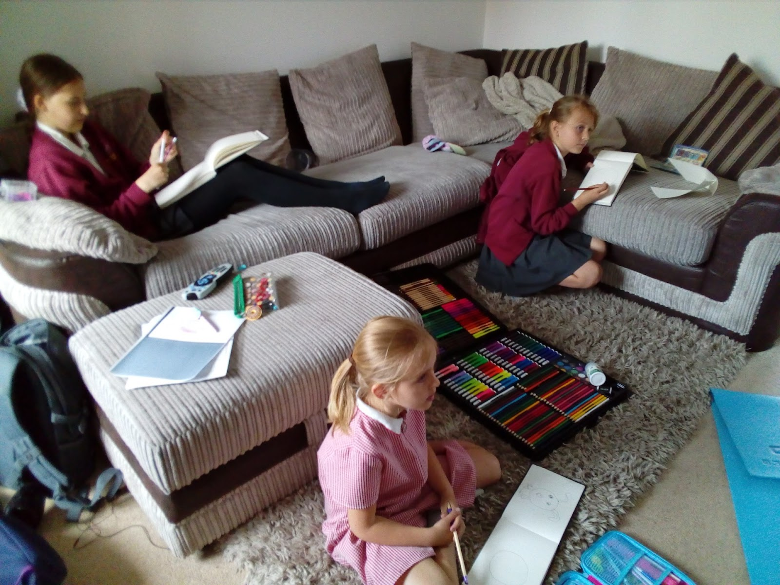 "(<img alt=""rainy day activities for Kids sketching"">)"