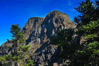 Photo: -- 玉山東峰 --  玉山東峰,海拔 3,869 公尺,百岳排名第三,「十峻」之首,為玉山東稜上的最高峰。玉山東峰在日治時期名為「東山」、「新高東山」、「台東新高」。 玉山東峰由硬砂岩層疊構成,形勢陡峭,其中有三面是斷崖,裸露的岩石上寸草不生,山體岩壁崢嶸,巍峨險要,台灣登山家刑天正稱其為天壘峰。