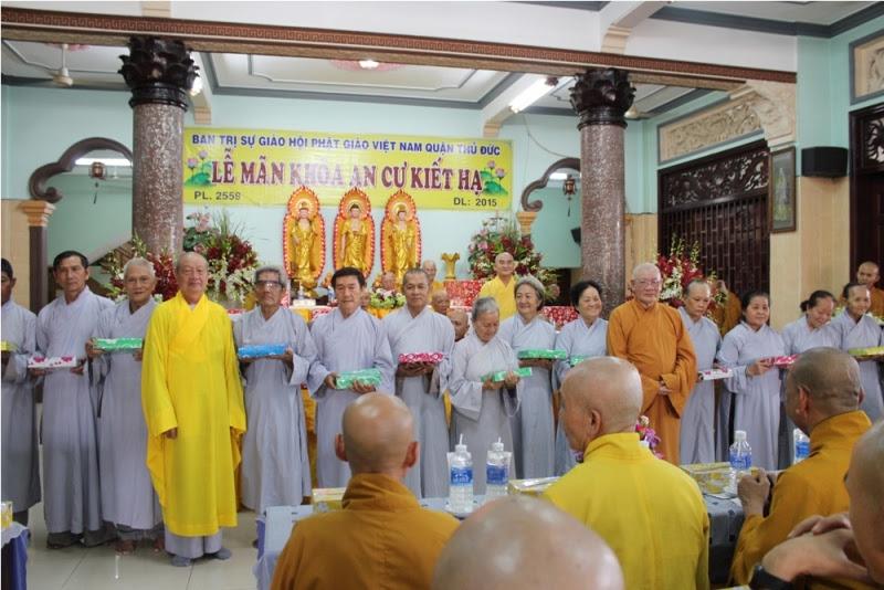 Tặng quà đến Phật tử phục vụ trong 3 tháng an cư tại chùa Từ Quang