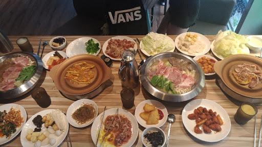 肉非常的嫩非常的好吃! 韓式炒雞超讚👍👍 泡菜的部分吃起來溫溫熱熱的普通 霜淇淋可以自己用😍 服務員態度極佳🙆 整體cp值 : ⭐⭐⭐⭐⭐