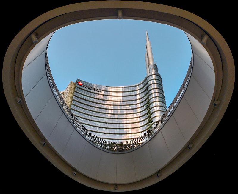 Passando sotto un grattacielo di Diana Cimino Cocco