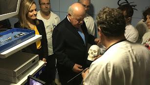 El consejero, atiende explicaciones sobre el endoscopio en Torrecárdenas.