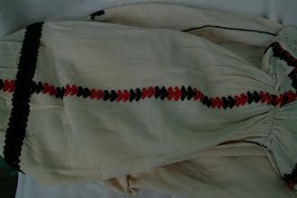 Photo: Oplećak sa crveno-crnom koncem Piros-fekete hímzéses női ing