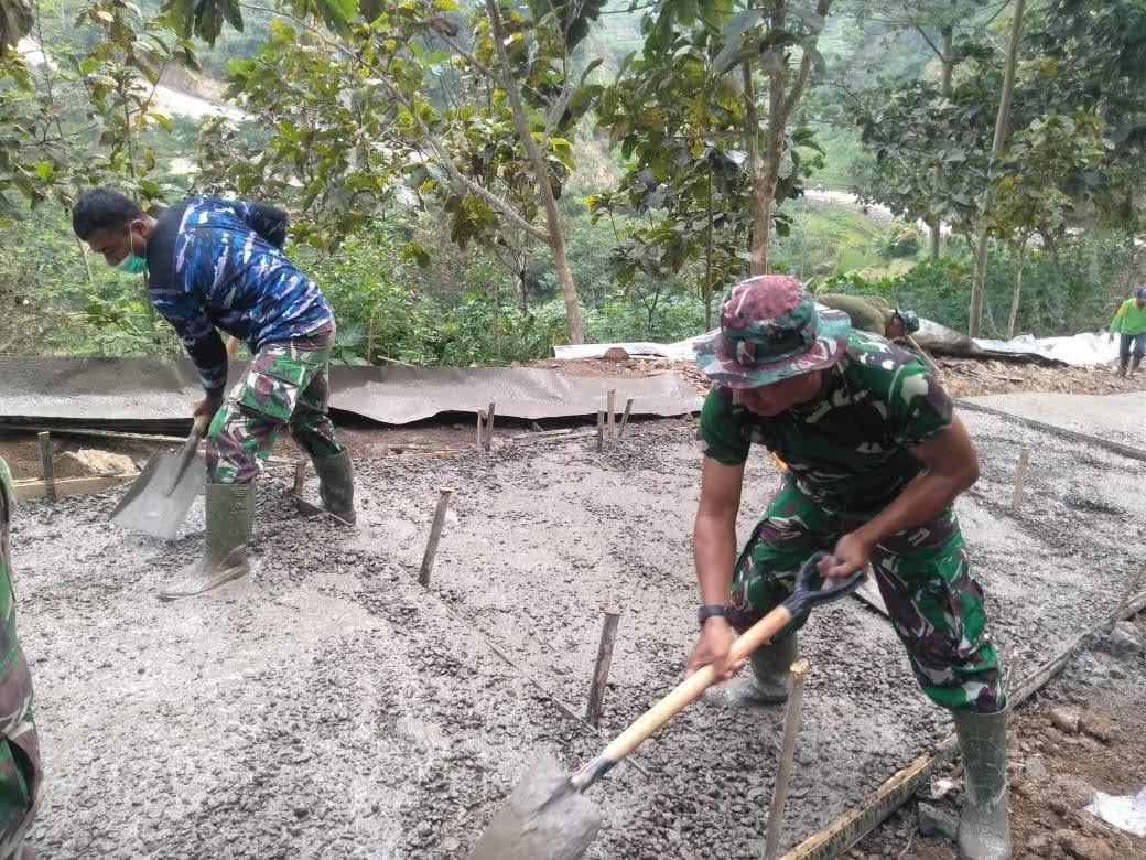Hujan Mengguyur Lokasi TMMD ke 111 Pasukan Satgas Tetap Bersemangat