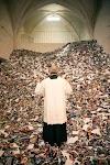 priester bid op een enorme stapel losse papieren