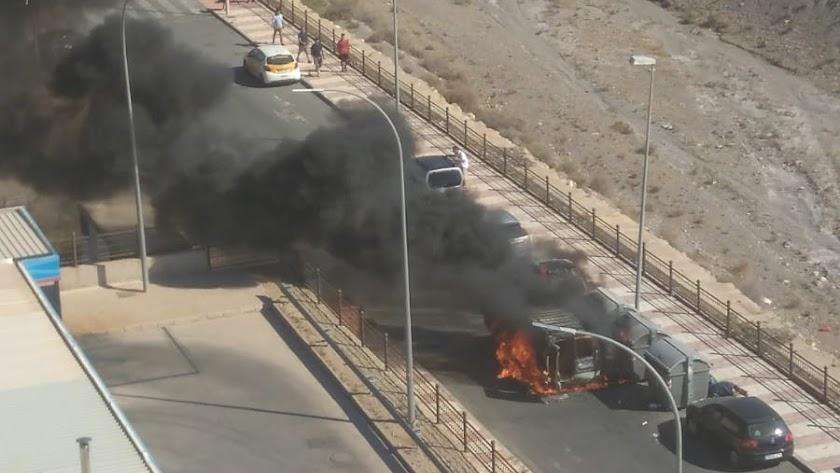 El vehículo ha ardido este martes junto a la gasolinera Repsol próxima a la rotonda en la que se encuentra el Grupo Carrida.