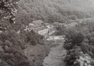Photo: Papírná – Z původního mlýna se stala továrna na papír ve 20. letech 20. století. Brněnský podnikatel díky ní zásoboval celé Znojemsko během války zatemňovacím papírem.  Po válce skončily stroje z Papírny údajně v Hnanicích.