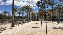 Entorno de la Plaza Mayor de Albox , en obras, con el edificio del convento al fondo.