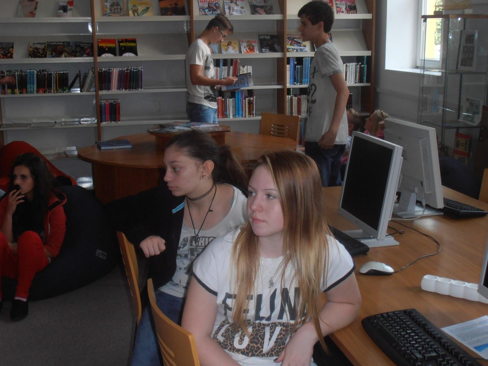 Számítógép előtt ülő diákok
