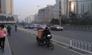 Photo: Vetsina silnic ma vyhrazeny pruh pro kola a elektrokola. Elektrokola  jsou pro cizince celkem nebezpecny, vubec nejsou slyset, a jezdej fakt rychle