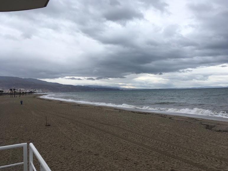 Viento y lluvia en Las Salinas de Roquetas de Mar. / Foto: Raúl Ramos