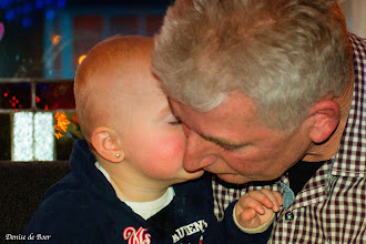 Photo: Smelt-moment - Mathilde geeft Bappie (opa) een kusje. Die oogjes dicht.. 22 december