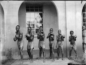 Photo: J.K. Bruce Vanderpuije (Ghana), Achimota School Boxing club, club de boxe de l'école d'Ahimota - quartier d'Accra - (1933) © J.K. Bruce Vanderpuije
