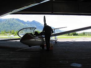 Photo: Startvorbereitungen. Der Arcus M braucht noch einen Schluck Benzin.