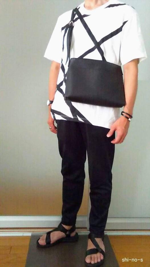 Tシャツと黒パンツのコーデ