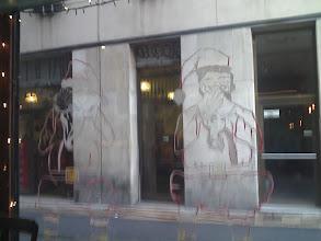 Photo: W kawiarence na oknie mikołajowe rysunki