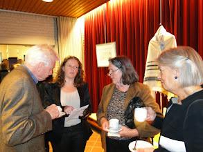 Photo: Links = Hen Meesterman en rechts = bestuurslid Stichting Mikwe. De 2 dames in het midden zijn nabestaanden van de families Van Straten (2de van rechts is Mirjam van Straten)