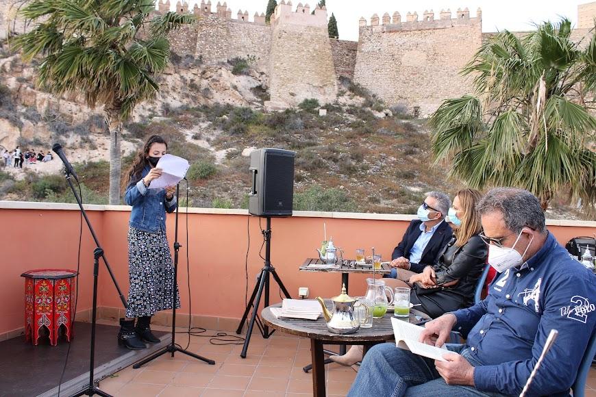 El publico atendiendo a la lectura de Laura Bonilla.
