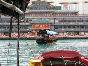 Photo: Aberdeenin satama-alueella sampan-veneellä, edessä kiinalainen Jumbo-ravintola