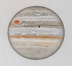 Photo: Jupiter le 29 janvier 2014, entre 22h45TU (partie haute) et 23h55TU (partie basse). Seeing excellent. Io et sont ombre transitent sur le globe Jovien. T406 à 470X en bino.