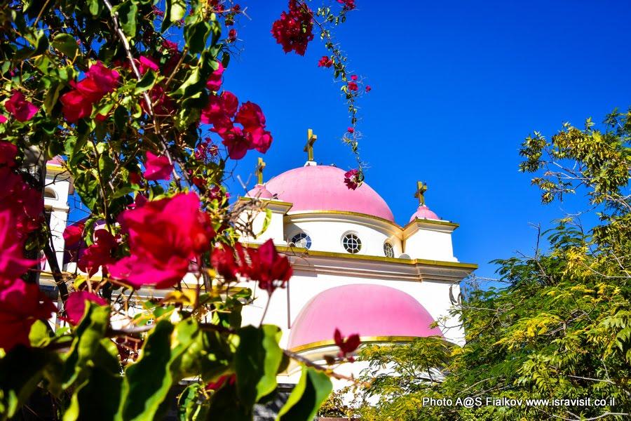 Церковь 12 апостолов в Капернауме на берегу озера Кинерет (Тивериадское озеро). Экскурсия по Галилее Христианской.