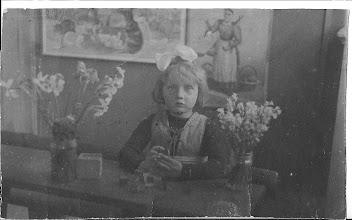 Photo: Maartje op de kleuterschool (1939) in  Egmond aan zee.