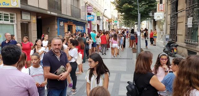 La calle Reyes Católicos, atestada de fans.