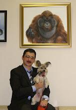 Photo: С хозяином на вернисаже под портретом орангутана