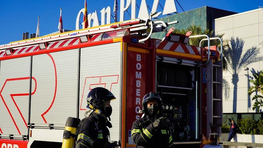 Los bomberos, en el simulacro de incendio en el Gran Plaza de Roquetas de Mar.