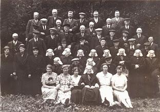 Photo: Bejaardenreis ± 1938 v.l.n.r. zittende: Derkien Lanjouw, Geertje Lanjouw, Alie Knoop, Jantje Schuiling-Lanjouw, Lucretia Homan en zuster Snoek.  Zittende 2e rij: Trientje Wilms-Veenkamp, Lucas de Jonge, vrouw Sijbring, Thijs Sijbring.  Staande 1e rij: Henderkien Beening-Slinger, Jacobje Diemer, Jantje Zandvoort-Esschendal, Henderkien Vedder-Oostra, Willemtje Boes-Thiems, Roelfien Buutkamp-Hulshof, Harmtje Vedder-Rutgers, Grietje Lanjouw-Huiting, Janna Kleef-Oosting, Jantje Martens-Bakker, Grietje de Jonge-Dekker.  Staande 2e rij: Lambert Enting, Hendrik Zandvoort, Diemer, Bouw Rozenveld, Rabbe Vedder, Roelof Vedder, Thie Beening, Egbert Kuik, Geert Lunshof, Hendrik Martens, Hendrik Jansen, Willem Jansen  Staande 3e rij: Meester Niewold, Hendrik Brinks, Harm Lanjouw, Egbert de Jonge, Tonnis Knoop, Albert Oostra, Bastiaan Kamps, Jan Kleef, Harm Mulder, Steven Lanjouw