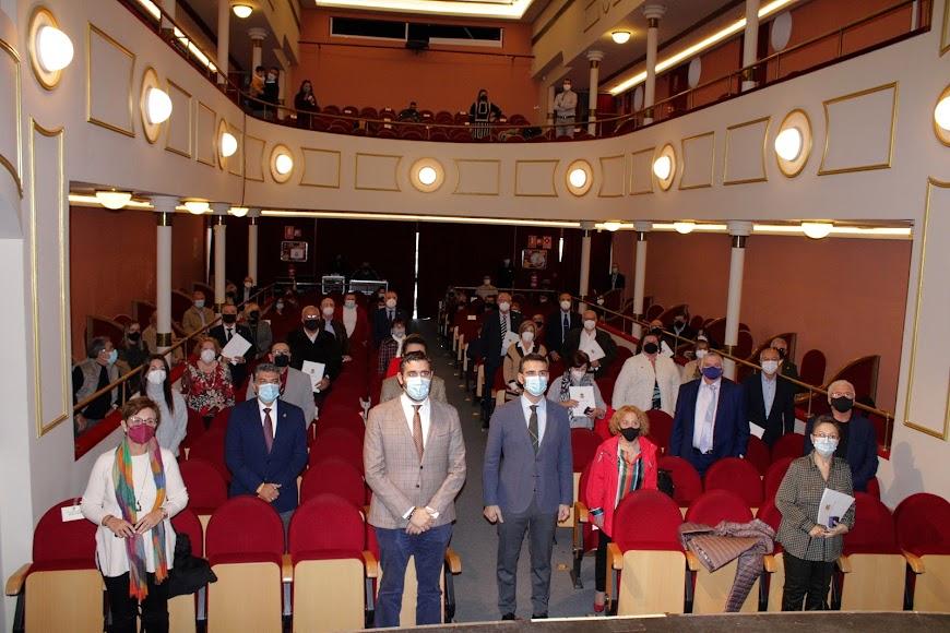 El alcalde y concejales junto a los homenajeados, en el Teatro Apolo.