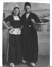 Photo: Tante Co en Oom Ger in hun jonge jaren. Egmonders in Volendams kostuum.