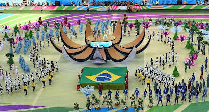 Photo: Performers are led by Brazilian pop singer Claudia Leitte (L) US singer Jennifer Lopez (C) and US rapper Pitbull (R) as they take part in the opening ceremony of the 2014 FIFA World Cup at the Corinthians Arena in Sao Paulo on June 12, 2014, prior to the opening Group A football match between Brazil and Croatia.  AFP PHOTO / FRANCOIS XAVIER MARIT