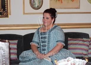 """Photo: Vestido rococó La Polonaise em algodão estampado azul com detalhes em rendas e stomach separado.  Cada modelo é exclusivo.   Vestido à partir de R$ 600,00.    Underwear: chemise longa, corset Midbust ( Ref.: CRM 1885/90 01), armação redonda de manta acrílica e tecido """"hip pad"""", anágua 100% algodão."""