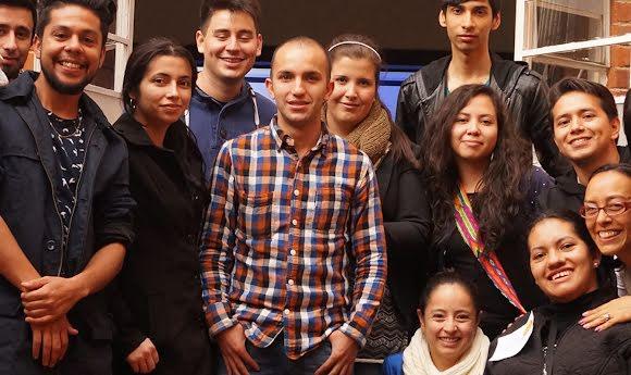 Un bénévole de Google pose avec de jeunes colombiens après une session de formation.