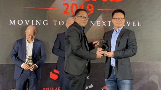 Uday Rayana, CEO and Editor in Chief Selular Media Network handing over the award to Kevin Fang, Deputy Marketing Director ZTE Indonesia.