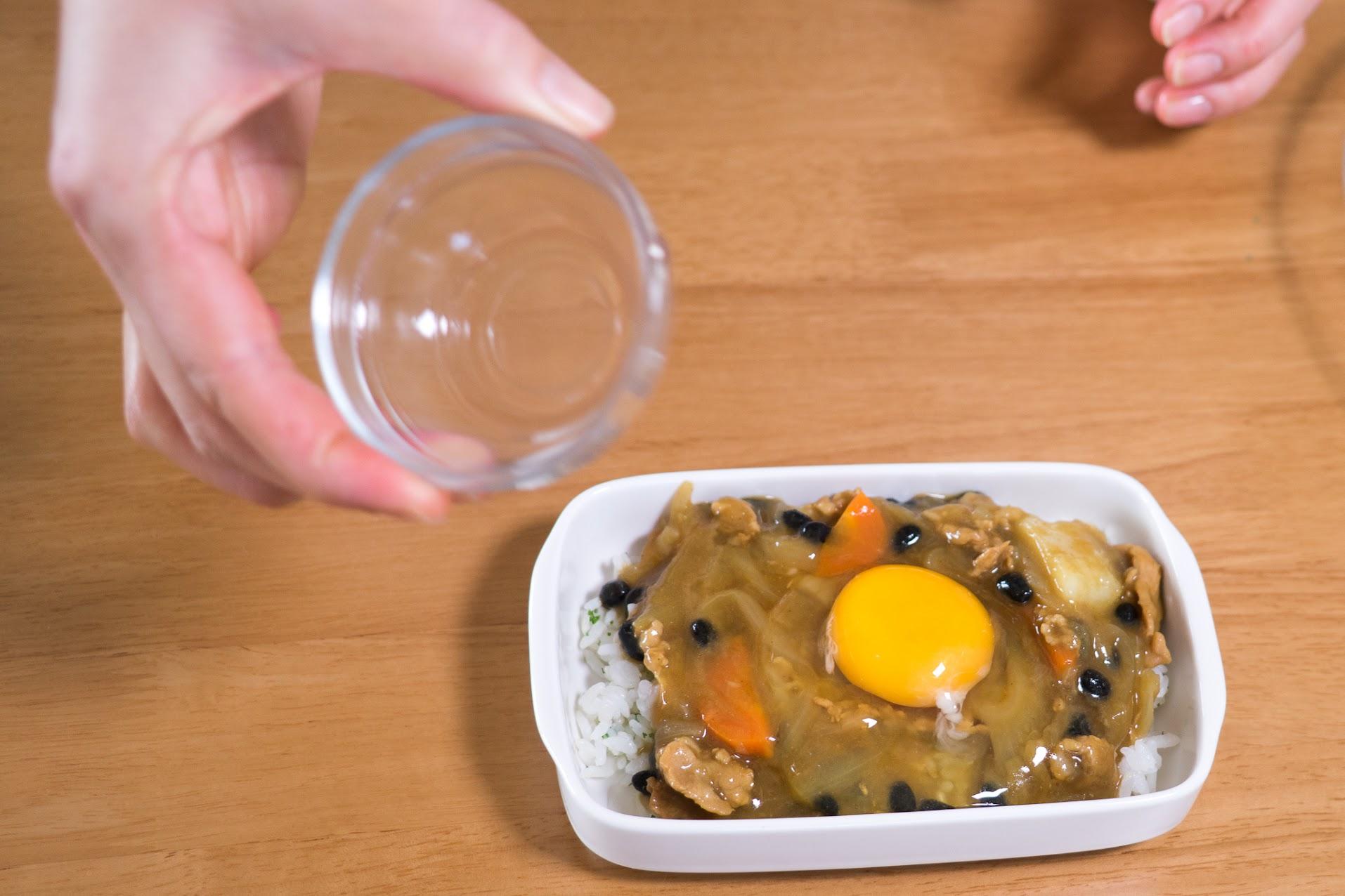 黒千石大豆入り焼きチーズカレー:カレールーをかけ卵を割り入れる