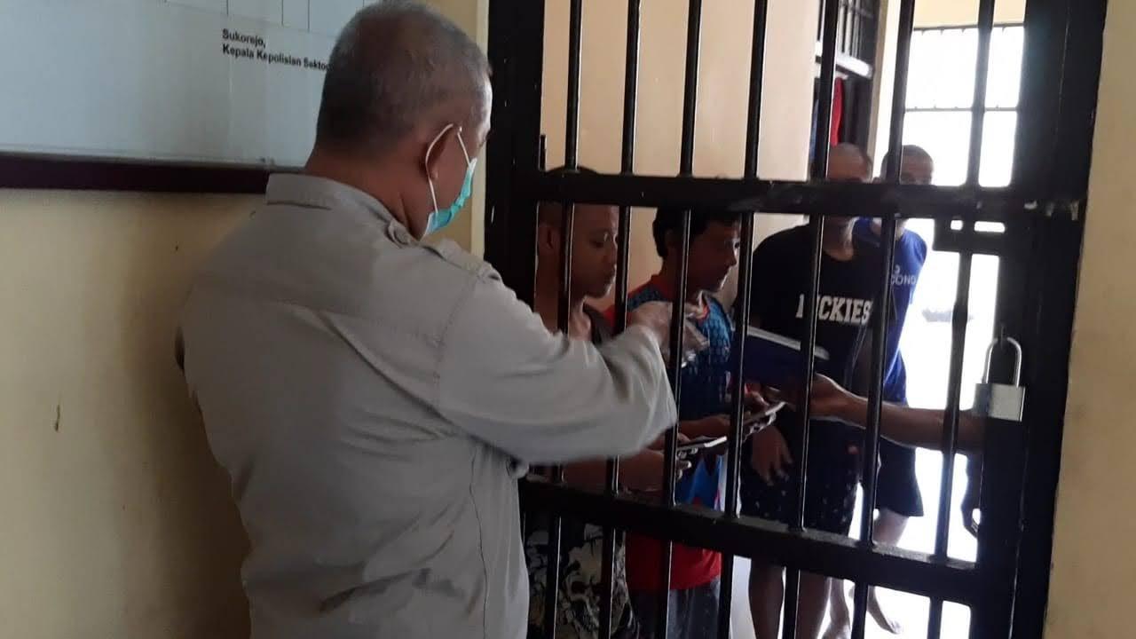 Tingkatkan Keimanan Kapolsek Sukorejo Berikan Buku Tuntunan Sholat Dan Surat Yasin Kepada Napi