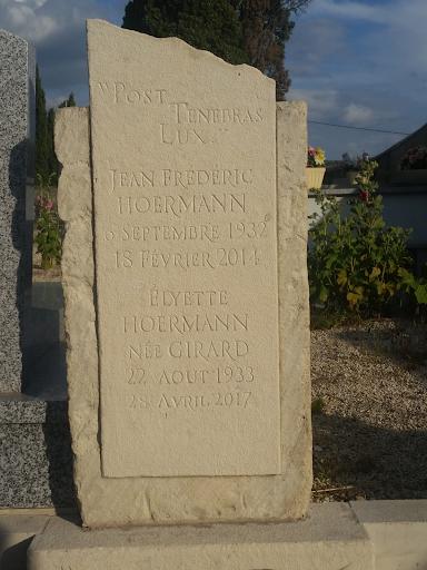 noms et prénoms des disparus gravès au ciseau sur une stèle funéraire