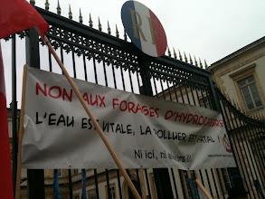 Photo: Lorsque les habitants accrochent leurs revendications aux grilles de la République !