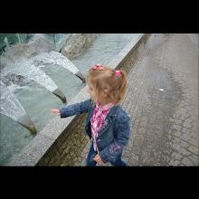 Photo: 15 V 2012 roku -  Amelka próbuje  czy woda zimna
