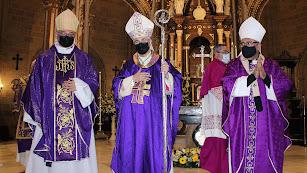 El nuevo obispo, Antonio Gómez; Adolfo González Montes, obispo; y el arzobispo metropolitano de Granada, Francisco Javier Martínez.