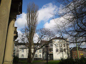 Photo: Der Park zwischen den beiden altehrwürdigen Gebäuden (links: Villa Post bzw. Volkshochschule) weist hochgewachsene Bäume auf - Relikte aus der Vorkriegszeit?